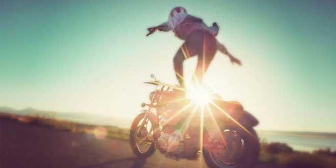 melanger-moto-et-surf-a-plus-de-80-kilometre-heure