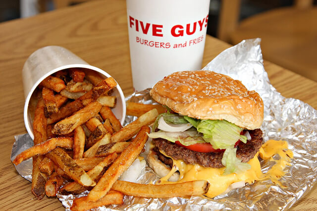le-plus-grand-five-guys-du-monde-a-ouvert-sur-les-champs-elysees-3