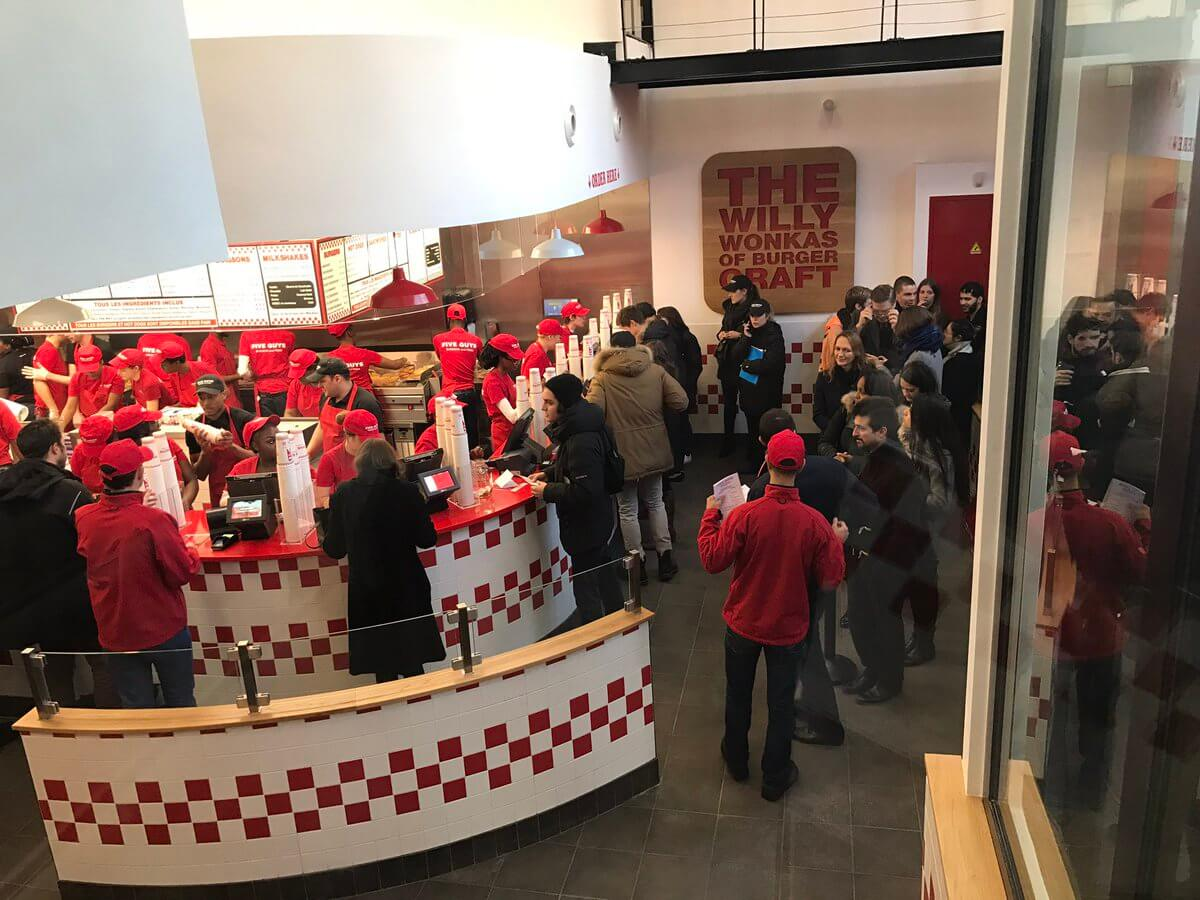 le-plus-grand-five-guys-du-monde-a-ouvert-sur-les-champs-elysees-6