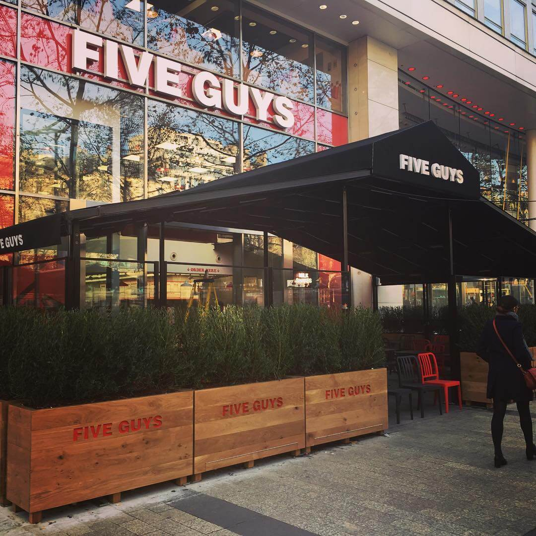 le-plus-grand-five-guys-du-monde-a-ouvert-sur-les-champs-elysees-7