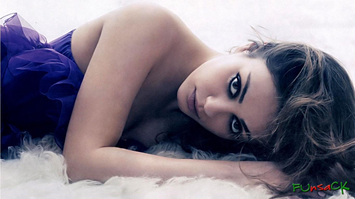 Mila Kunis regard